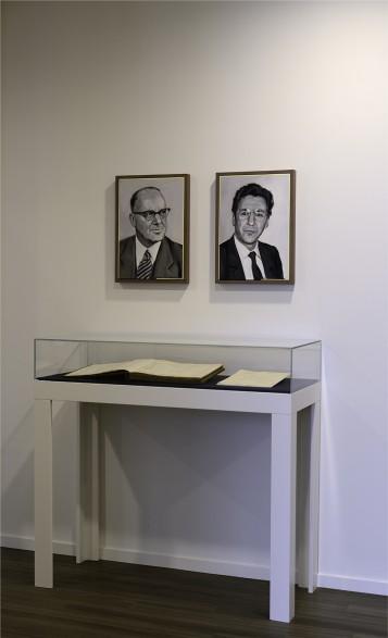 Praesentation der Bilder der Gründer des Bankhauses in der Bank O. M. Schroeder Bank